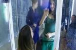 veronica sarah escribiendo en el vidrio